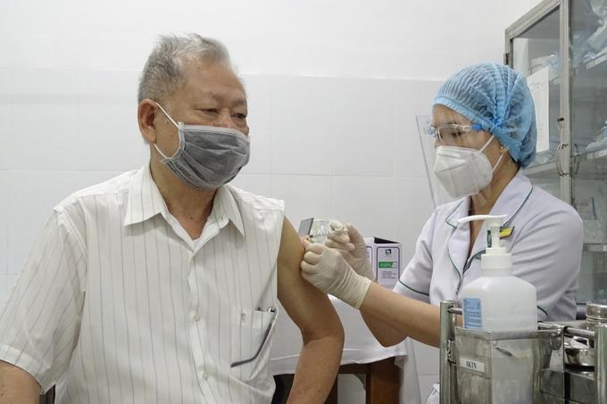Ông Vũ Xuân Đông, 81 tuổi, ở TP Thủ Đức, tiêm vaccine phòng Covid-19 ngày 22/7
